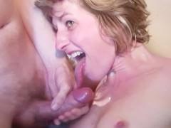 Гиг Порно  Зрелая блондинка жадно ебется в постели с двумя любовниками