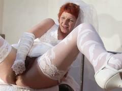 Осмотр зрелой невесты гинекологом заканчивается жестоким групповым фистингом