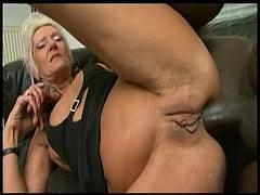 Старая бабка порно-звезда и её обе дырки помнят еще бурную молодость