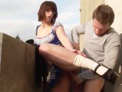 Молодая шлюшка в развратном наряде готова ебаться с ухажером на улице
