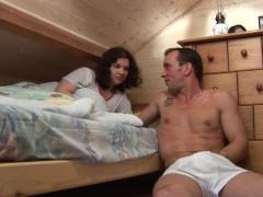 Вообще-то, муж с женой приехали сюда на отдых и сняли номер с разными кроватями. Но это не мешает им устроить траханье друг с другом перед сном и получить удовольствие!