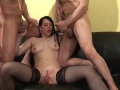 На этом порно кастинге брюнетке впервые пришлось трахаться сразу с двумя мужчинами, но она не упала лицом в грязь. Сучке удалось продемонстрировать шикарное спаривание!