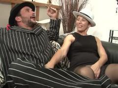 Зрелая баба успешно удовлетворяет французского бандита своей пиздой