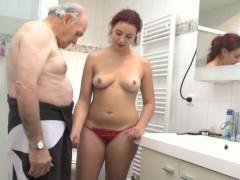Бросив свои кухонные дела, рыжая шлюшка стремится потрахаться с парнем. Но, если его нет дома, а она хочет секса, барышня готова совокупиться и с его престарелым отцом!