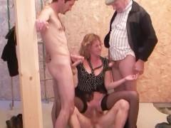 Старая баба уговорила мужа организовать ей групповой секс с любовниками