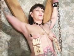 Гиг Порно Зрелую бабу грубо связали и жестоко ебут различными способами