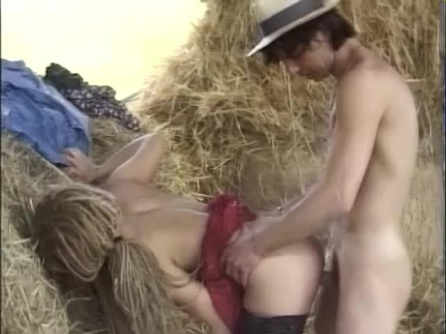 Порно видео блондинка сеновал фото 705-859