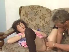 Эта старая баба совсем потеряла совесть, раз так легко пошла на спаривание с соседским мужиком. Просто она ничего не стесняется и хочет получить крутое удовольствие!