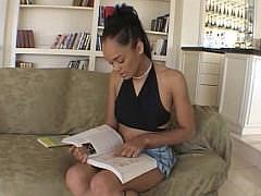 Гиг Порно  Сексуальная студентка любит секс-игрушки и большой член