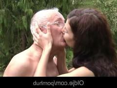 Молодая соседка нагло соблазнила зрелого мужика на трах с ней в жопу