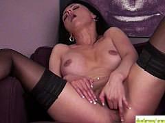 Знойная зрелая женщина в сексуальном белье мастурбирует мокрую киску