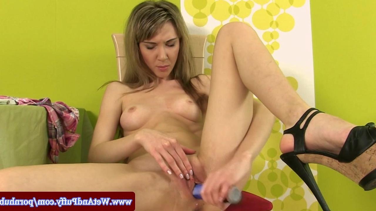 Девушка с большими сиськами мастурбирует клитор вибратором видео 2 фотография