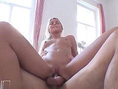 Гиг Порно Молодая блондинка с натуральными сиськами хорошо сосет и подставляет жопу для анала