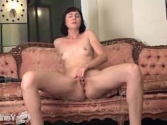Дамочка шлепает киску и попку плетками возбуждаясь все больше до оргазма