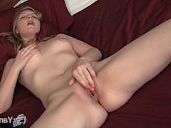 Голая домашняя девушка ананирует на кровати и сует пальцы в мокрое влагалище