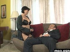 Гиг Порно  Зрелая грудастая порно звезда в чулках позволяет боссу жестокий секс с собой