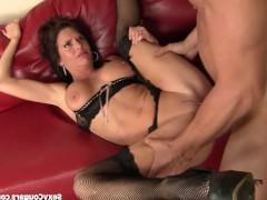 Гиг Порно  Эта горячая дама восхитила мужика не только своей заинтересованностью в сексе, но и тем, как она старательно и активно спаривалась с ним. И мужчина постарался долбить ее жестче!