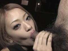 Хуй мужика отлично чувствует себя во рту развратной молодой японки и сливает сперму