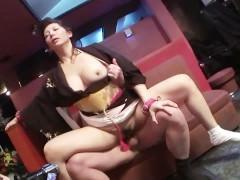 Две зрелые японки готовы получить в волосатые пезды хуй мужика после своих дрочек