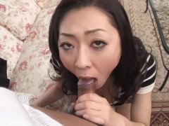 Фаллос ухажера погружается в рот зрелой японки и кончает туда сперму