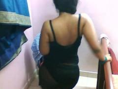 Гиг Порно  Зрелая индианка в чулках танцует перед камерой и показывает свои сиськи