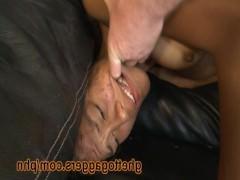 Гиг Порно  Жестокий и грубый трах пьяной молодой бабы в позиции раком на диване в жопу