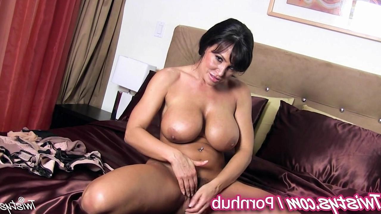Сексуальная зрелая женщина в чулках ласкает сваю киску фото 244-170