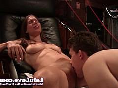 Пара любителей играет в игру где парень-лузер лижет пизду до оргазма подруге