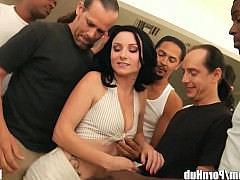 Жестокий оральный ганг-банг толпой для смелой порнозвезды с морем спермы на лицо и рот
