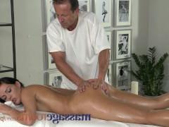 Подборка траха молодых клиенток с массажистами прямо во время сеансов массажа