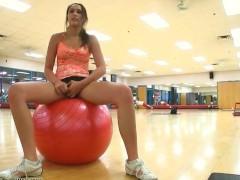 Гиг Порно  Раскованная молодая спортсменка показывает свою пизду прямо в спортивном зале