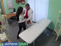 Секс Госпиталь - доктор накончал пациентке полную пизду спермы