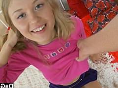 Гиг Порно  Молодая русская девочка кончает от секс игрушек в своей пизде
