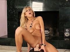 Порно телочка получает удовольствие от секс машинчы