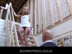 Молодая порно модель успешно совращает на еблю лысого мужика