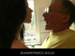 Развратная молодая девка трахается на кухне со старым мужиком