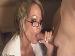 Эта зрелая дамочка плохая секретарша но поверьте ценят её не за это