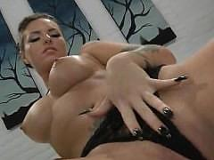 Грудастая порно-звезда с тату показывает мокрую мастурбацию крупным планом