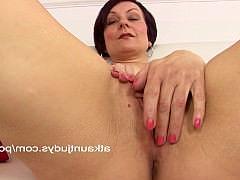 Старая мамаша кокетливо раздеваясь мастурбирует соски и клитор крупно на камеру