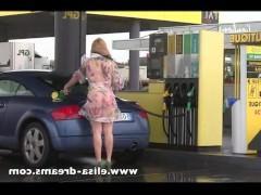 Гиг Порно  Зрелая блондинка в прозрачном платье без трусов на заправке