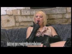 Пизда горячей блондинки получает дикое удовольствие от дрочки в кожаных перчатках
