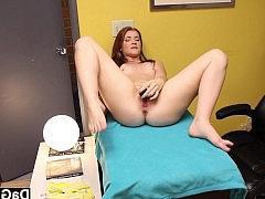 Молодая голая девчонка дрочит пизду самотыком и бурно кончает на кушетке в офисе