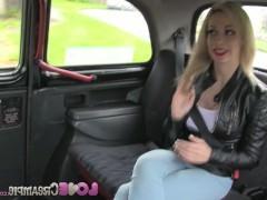 Гиг Порно массирует Любвеобильная молодая блондинка жадно трахается с таксистом в салоне авто