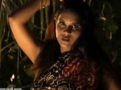Сексапильная зрелая индианка танцует стриптиз и показывает свои шикарные прелести