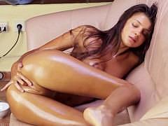 Красивая русская девочка показывает весьма эротичное шоу с маслом и кисточкой