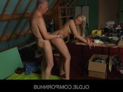 Молодая блондинка пошла на поводу у зрелого мужика и согласилась на еблю
