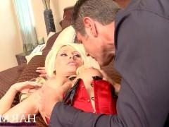 Зрелая блондинка показала грудь со стоящими сосками и лихо ебется с мужиком