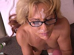 Зрелая женщина умело сосет и дрочит член получая сперму на лицо