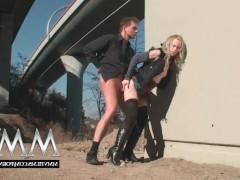 Молодая блондинка согласилась публично поебаться с мужиком под мостом