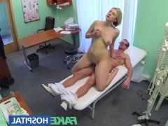 Доктор заставил раздеться зрелую пациентку и хитростью выебал ее в кабинете